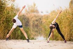 Wizerunek silnego sprawność fizyczna sporta pary kochający przyjaciele w parkowym outd zdjęcia stock