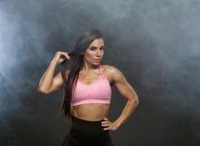 Wizerunek sprawności fizycznej kobieta odziewa w dymu w sportach Młody kobieta model z mięśniowym ciałem Horyzontalny studio strz Obrazy Stock