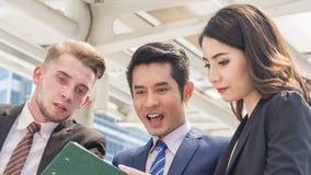 Wizerunek szczęść ludzie biznesu słucha i opowiada thei Zdjęcia Stock