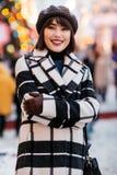 Wizerunek szczęśliwa brunetka, zamazany tło z płonącą girlandą zdjęcia stock