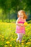 Wizerunek szczęśliwy dziecko na dandelions polu, rozochocona mała dziewczynka r zdjęcia stock