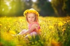 Wizerunek szczęśliwy dziecko na dandelions polu, rozochocona mała dziewczynka r fotografia royalty free