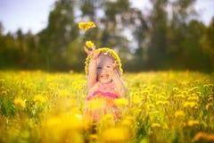 Wizerunek szczęśliwy dziecko na dandelions polu, rozochocona mała dziewczynka r zdjęcia royalty free