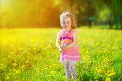 Wizerunek szczęśliwy dziecko na dandelions polu, rozochocona mała dziewczynka r fotografia stock