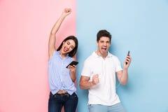 Wizerunek szczęśliwy mężczyzna i kobieta jest ubranym słuchawki słucha musi obraz royalty free