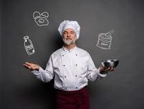 Wizerunek szefa kuchni heblowanie co gotować na szarym tle Szefa kuchni g??wkowanie zdjęcia royalty free