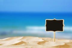 Wizerunek tropikalna piaskowata plaża i pustego miejsca chalkboard podpisujemy Zdjęcia Stock