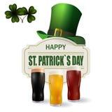 Wizerunek trzy wina szkła z jaskrawym, czerwonym i ciemnym piwem, Patrick s dzień Zieleni kapeluszu i koniczyny liście Odizolowyw Zdjęcia Royalty Free