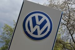 Wizerunek Volkswagen logo Lemgo, Niemcy/- 2017 Kwiecień 29 - VW - Zdjęcia Royalty Free