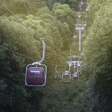 Wizerunek wagon kolei linowej w górach biega przez lasu g Obraz Royalty Free