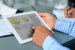Wizerunek wskazuje przy ekranem sensorowym ludzka ręka Obraz Royalty Free