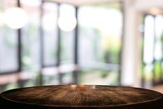 Wizerunek Wybranej ostrości pusty drewniany stół, sklep z kawą i bl zdjęcia stock
