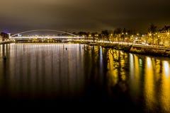 Wizerunek Wysoki most nad rzecznym Maas z odbiciami żółci światła zdjęcie stock