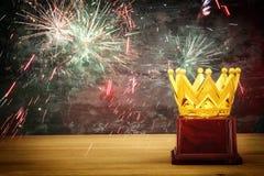 wizerunek złota korony nagroda nad drewnianym stołem Zdjęcia Stock