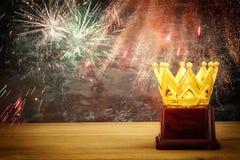 wizerunek złota korony nagroda nad drewnianym stołem Zdjęcie Stock
