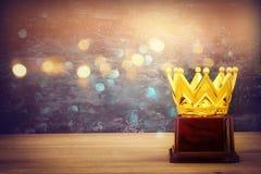 wizerunek złota korony nagroda nad drewnianym stołem Fotografia Stock