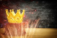 wizerunek złota korony nagroda nad drewnianym stołem Zdjęcia Royalty Free