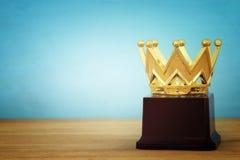 wizerunek złota korony nagroda nad drewnianym stołem Zdjęcie Royalty Free
