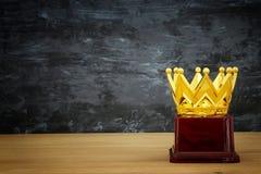 wizerunek złota korony nagroda nad drewnianym stołem Obraz Stock