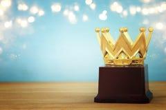 wizerunek złota korony nagroda nad drewnianym stołem Obrazy Royalty Free