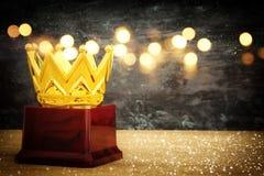 wizerunek złota korony nagroda nad drewnianym stołem Fotografia Royalty Free