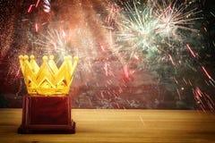 wizerunek złota korony nagroda nad drewnianym stołem Obrazy Stock