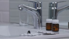 Wizerunek z lekami i pigułkami na zlew w łazience zdjęcie royalty free