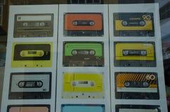 Wizerunki kaset taśmy na plakacie w sklepowym okno fotografia stock