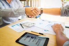 Wizerunki wykonawcze biznesmena chwiania ręki po wykończeniowy up Obraz Stock