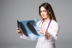 wizerunku doktorski target1511_0_ żeński promień x Ostrość jest na promieniowanie rentgenowskie wizerunku na popielatym tle Obraz Royalty Free