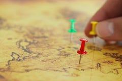 Wizerunku man& x27; s ręki dołączać szpilki mapa, pokazywać lokaci lub podróży miejsce przeznaczenia Selekcyjna ostrość zdjęcie royalty free