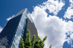 Wizjonerski drapacz chmur otaczający chmurami Zdjęcie Stock