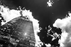 Wizjonerski drapacz chmur z odbiciami chmury na okno, mono fotografia stock