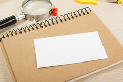 wizytówka pusty biel Biura stołowy biurko z setem kolorowe dostawy, filiżanka, pióro, ołówki, kwiat, notatki, karty dalej Fotografia Stock