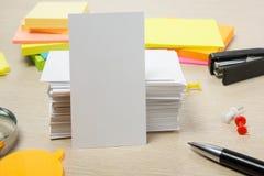 wizytówka pusty biel Biura stołowy biurko z setem kolorowe dostawy, filiżanka, pióro, ołówki, kwiat, notatki, karty dalej Obrazy Royalty Free