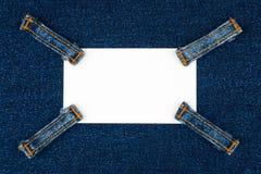 Wizytówka z cztery patka cajgami, kłamstwa na ciemnym drelichu fotografia stock