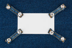 Wizytówka z cztery patka cajgami z rhinestones, kłamstwa na ciemnym drelichu zdjęcia stock