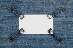 Wizytówka z cztery patka cajgami z rhinestones, kłamstwa na drelichu fotografia royalty free