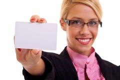 wizytówki mienia uśmiechnięta kobieta Zdjęcia Stock