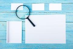 wizytówki szereg finansowe Korporacyjnego materiały ustalony mockup Puste miejsce textured gatunku ID elementy na drewnianym stol Zdjęcia Stock