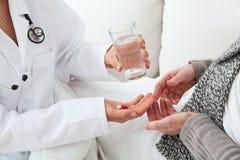 Wizyta domowa, lekarka i pacjent, Zdjęcie Stock