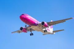 Wizz空气在机场的航行器着陆 库存图片