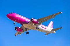 Wizz空气在机场的航行器着陆 免版税库存图片