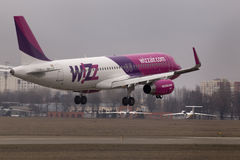 Wizz空气空中客车A320-232在跑道的航行器着陆 库存照片