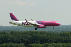 Wizz Air Airbus A320-232 atterrissage) (de plan horizontal/HA-LYN Image stock