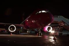 Wizz Air Airbus A320 en la noche Imagen de archivo libre de regalías