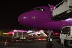 Wizz Air Airbus A320 en la noche Foto de archivo