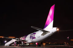 Wizz Air Airbus A320 la nuit Images stock