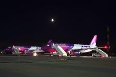 Wizz Air Airbus A320 na noite Imagem de Stock Royalty Free