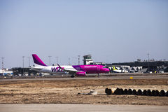 Wizz Air Airbus nach der Landung an Riga-Flughafen. Lizenzfreies Stockfoto
